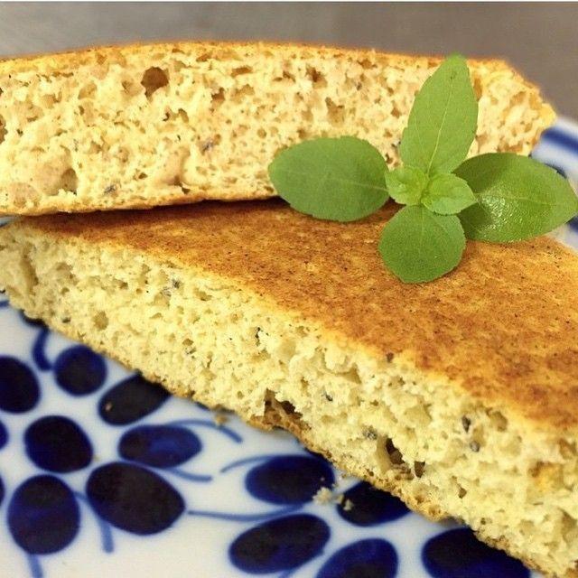 Esse pãozinho de frigideira é delicioso...e ótimo porque é rápido e nutritivo! Vc pode fazer na versão sem glúten! Receita da @fitfood_ideas✨✨! Mas fiz algumas adaptações ☺️ ▶️RECEITA:  1 ovo (ou se quiser, pode substituir por 2 claras)  1 c.s. de farinha de arroz  1 c.s. de aveia (pode ser sem glúten, se quiser) ou farinha de grão de bico  1 c.chá de semente de chia  1 c.chá de óleo de coco  pitada de sal  1 c.chá de fermento em pó  Bate tudo com um garfo ou mixer! Esquente a frigideira, e…