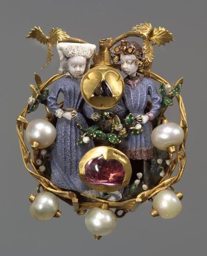 Brosche (brooch/broche) mit Liebespaar, Burgundisch - Niederländisch um 1430/40 . Gold, Email 'en ronde bosse', Edelsteine, Perlen. Diam. 5 cm. Kunsthistorisches Museum Wien, Kunstkammer