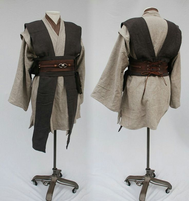 Kaejs' robes, her pants match the brown of her belt. Classic thick high boots.