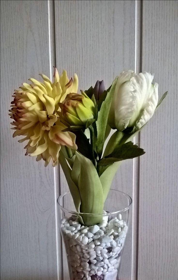 Dália tulipánokkal
