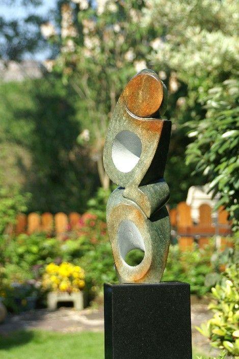 Kunst uit Zimbabwe op een granieten sokkel.