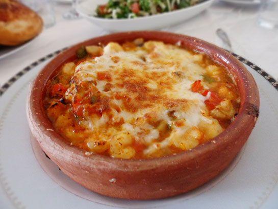 Karides Güveç Türk Mutfağı Karides güveç Türk Mutfağı'na özgü bir deniz ürünü yemeğidir. Malzemeler 30 adet karides (küçük boy, ayıklanmış) 1 adet sivri biber 1 yemek kaşığı tereyağı 2 diş sarımsak 1 adet orta boy domates 1adet defneyaprağı 5 adet mantar (ince dilimlenmiş) 4 yemek kaşığı kaşar peyniri ½ çay bardağı su ¼ çay kaşığı taze kekik Tuz ve çekilmiş tane karabiber #Maximiles #karidesgüveç #güveç #denizürünleri #gurme #TürkMutfağı