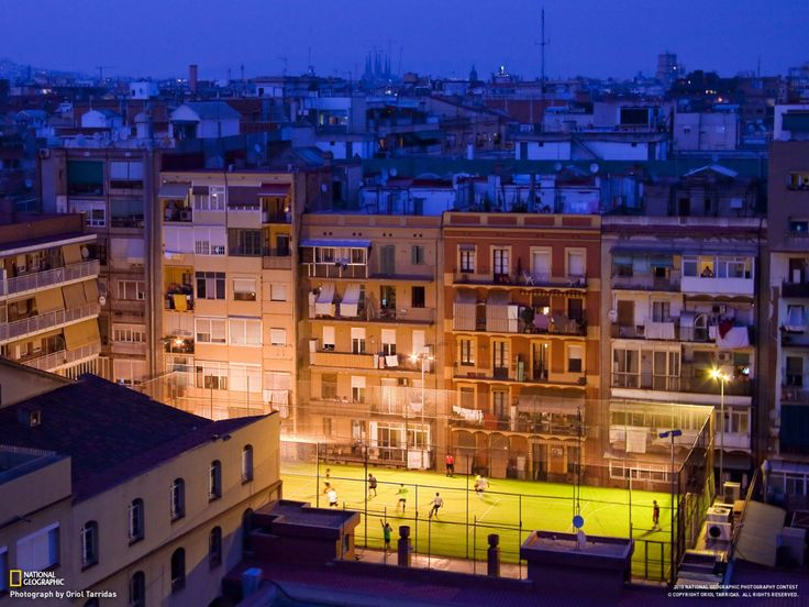 Η μοναξιά της πρωτεύουσας Απόσπασμα από τη νουβέλα του Κώστα Βελούτσου «Οι άνθρωποι του Αυγούστου»,Εκδόσεις Ραδάμανθυς «Αυτή είναι και η μοναξιά της πρωτεύουσας. Να νιώθεις μόνος κι ας είσαι ανάμε…