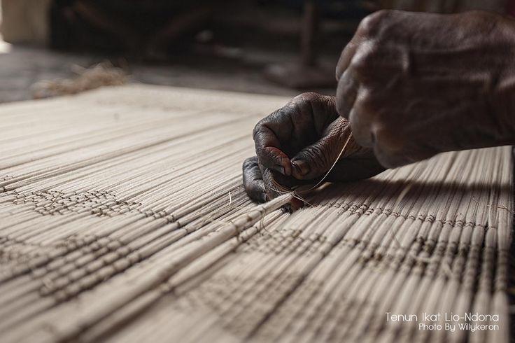 Mengikat benang dengan tali khusus untuk membentuk motif kain tenunan