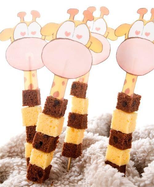 Een giraffe op een stokje met blokjes gewone en chocolade cake. Dat kun je natuurlijk ook vervangen door blokjes kaas en stukjes worst..