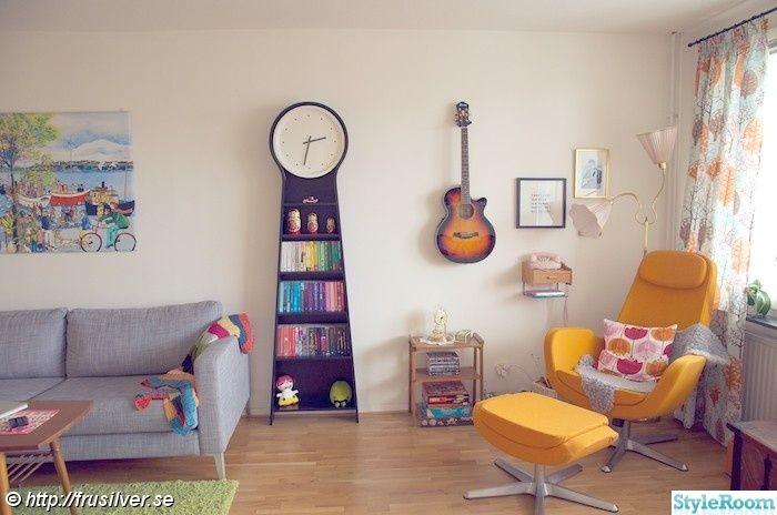 golvur,vardagsrum,fåtölj,färgglatt,gitarr,böcker,klocka,retro