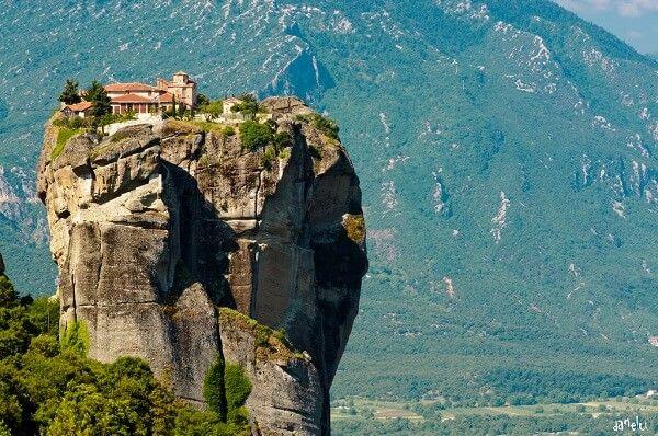 Visiter les Météores, ces monastères très haut perchésPublicité Dans le Nord-Ouest de la Thessalie, à quelques heures de l'Acropole et des sites d'Athènes, des pitons rocheux couronnés d'anciens Monastères des Météores planent sur les vallées fertiles. Ce sont des monastères …