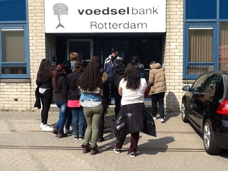"""projectmatig lesgeven op basis- of middelbare school. project """" verborgen armoede"""", in het  kader van de lessen Burgerschap, groep 3 van GK van Hogendorpschool, hier te gast bij de Rotterdamse Voedselbank"""