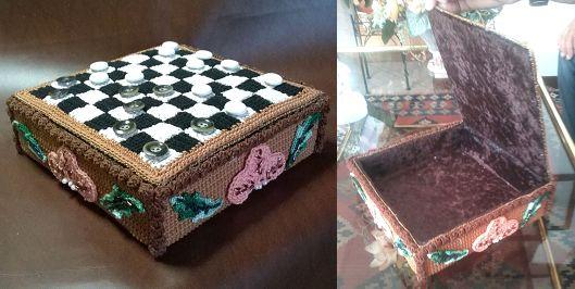 Scatola porta caramelle / cioccolatini a forma di scacchiera, realizzata all'uncinetto