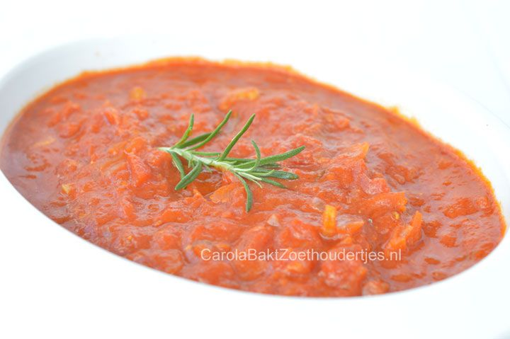 Tomatensaus voor pizza en pasta is veel lekkerder als je het zelf maakt. Maak een beetje meer want je kunt het goed invriezen!