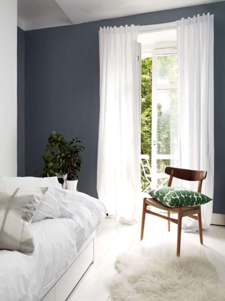 Ett harmoniskt sovrum med neutrala och jordnära färger. Väggen är målad med Beckers kulör Sundborn 743.