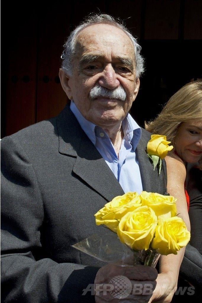 メキシコの首都メキシコ市(Mexico City)で87歳の誕生日に自宅前に集まった記者らを出迎えるコロンビア出身のノーベル賞作家、ガブリエル・ガルシア・マルケス(Gabriel Garcia Marquez)氏(2014年3月6日撮影)。(c)AFP/Yuri CORTEZ ▼9Apr2014AFP|ノーベル賞作家G・マルケス氏が退院、自宅療養へ http://www.afpbb.com/articles/-/3012042 #Mexico #GabrielGarciaMarquez