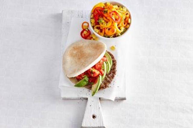 Medemblik – Vandaag houden wij het lekker simpel wat het menu van de dag betreft. Op tafel zetten wij een lekker en gezonde pitaburger.