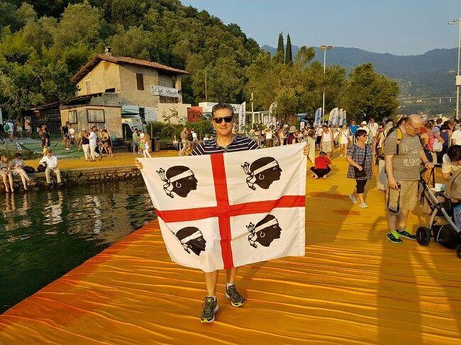 La bandiera sarda sul lago d'Iseo per il #thefloatingpiers