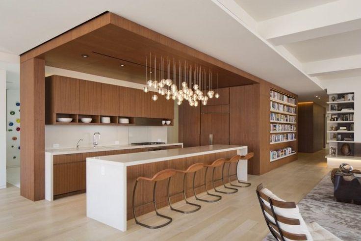 une cuisine ouverte en bois avec des suspensions en verre élégantes
