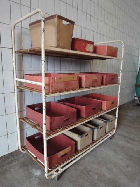 Oud bakkers rek / jrn'50. - Wit ijzeren frame met houten schappen.  Presentatie rek.  Afmetingen: 150bx60dx163h cm.  (exclusief de bakken)