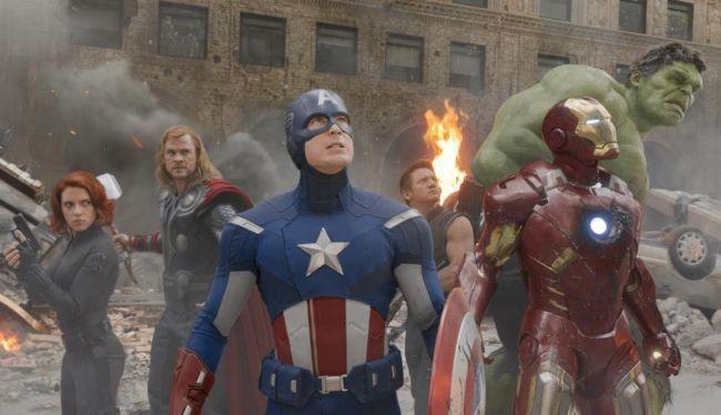 'Los Vengadores' ('The Avengers', Joss Whedon, 2012) un espectáculo con superhéroes cargado de humor y diálogos ingeniosos, es una apuesta por la aventura fantástica donde la épica y el drama encajan con la comedia. Hay momentos de auténtica carcajada. Pero es lógico, son tíos con disfraces ridículos peleando contra aliens y dioses; es imprescindible dejar espacio para el humor.
