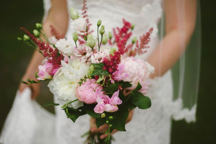 summer wedding bouquet eclectic red and pink peonies Julia Lillqvist | Emma and Joel | sommarbröllop Jakobstad | http://julialillqvist.com