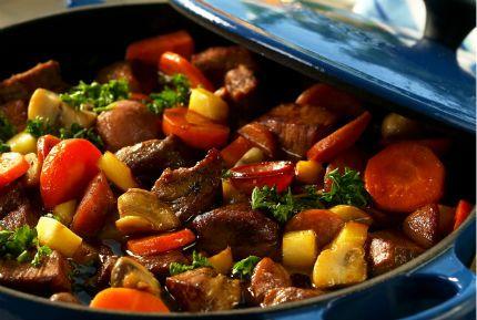 Rotfrukter, svamp, chorizokorv och rött vin ger härlig smak åt den här köttgrytan.