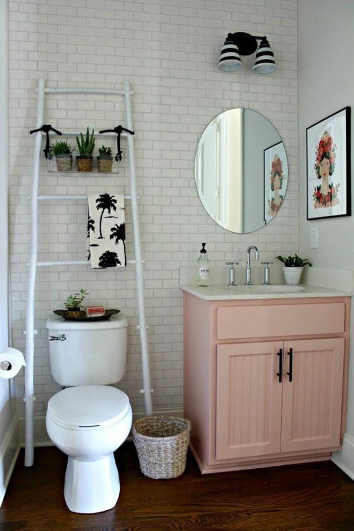salle de bains rose poudree, carrelage mural blanc aux motifs