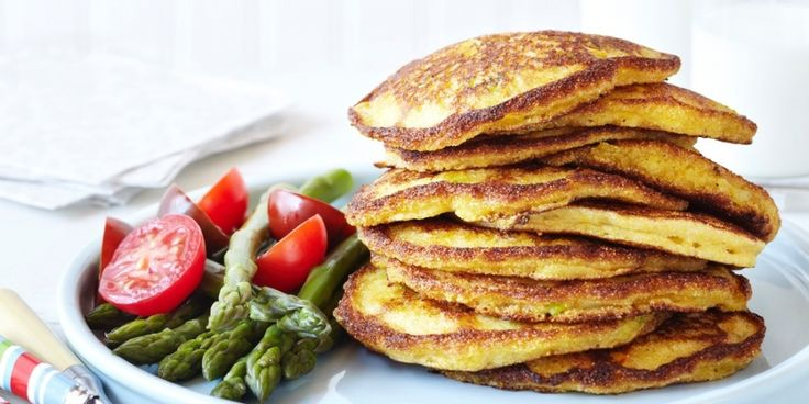 Hartige, healthy proteïne pannenkoeken met asperges en yoghurt chutney- Menshealth.nl