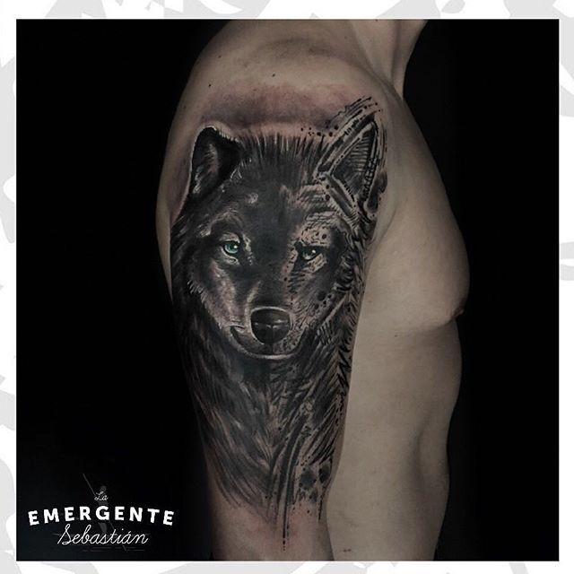 Vamos con una hermosa pieza de @sebastianrodriguezart en donde mezcla realismo sombras y algo de sketch #tattoo #tatuaje #laemergentecol #lanuevaemergente #bngtattoo #realistic #realistictattoo #sketch #sketchtattoo #wolf #wolftattoo