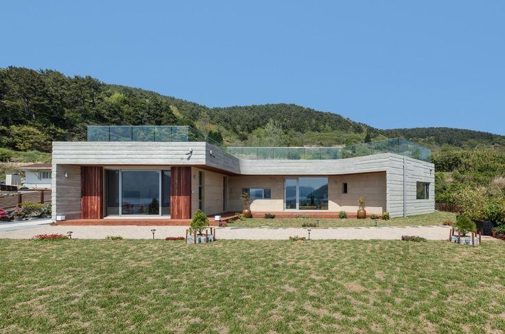Superbe maison avec toiture végétalisée et vaste jardin en Corée du Sud, House-Dongmang par 2m2 architects - Geoje, Coree du Sud #construiretendance