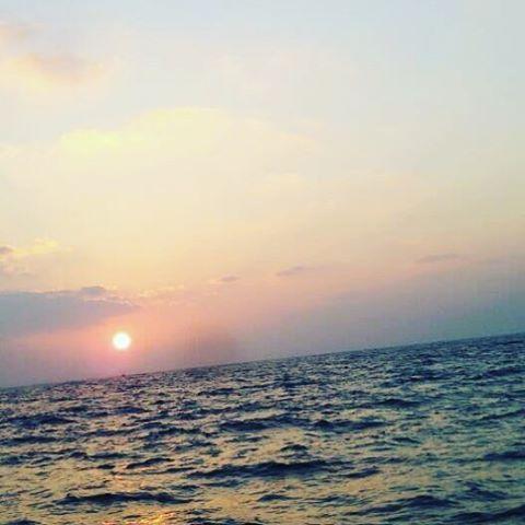 【jushiran】さんのInstagramをピンしています。 《今日の朝日💓 いつまでも正月気分が抜けません🙄 エネルギーチャージ✨  ハッピーな1日を💓  #sun#morning#朝日#太陽#ヨガインストラクター #hata#太陽礼拝#happy#ヨガ#yoga#感謝#海》