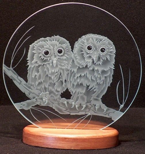 Vidrio tallado dos búhos en rama 12 en. Círculo en Base de madera artesanal