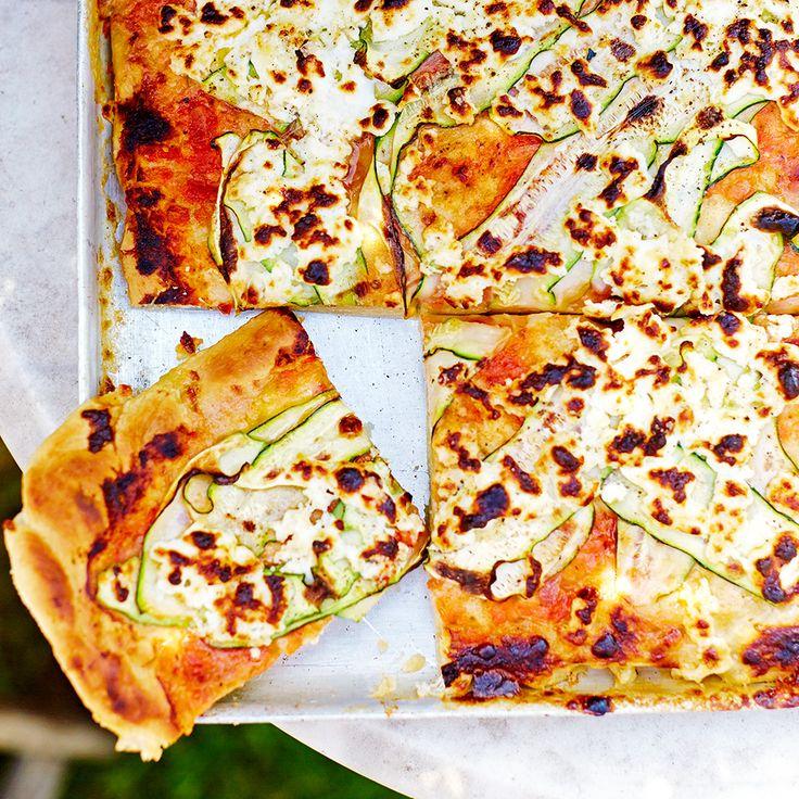 Deze plaatpizza is ideaal om te delen tijdens feesten en partijen. De dunne plakjes courgette en zachte geitenkaas vormen een geweldige smaakcombinatie met de munt.    1. Roer de gist in een kommetje door 160 ml warm water; blijf roeren tot de...