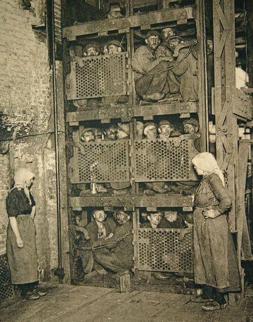 Mineros de carbón belgas en el ascensor a la mina, 1900
