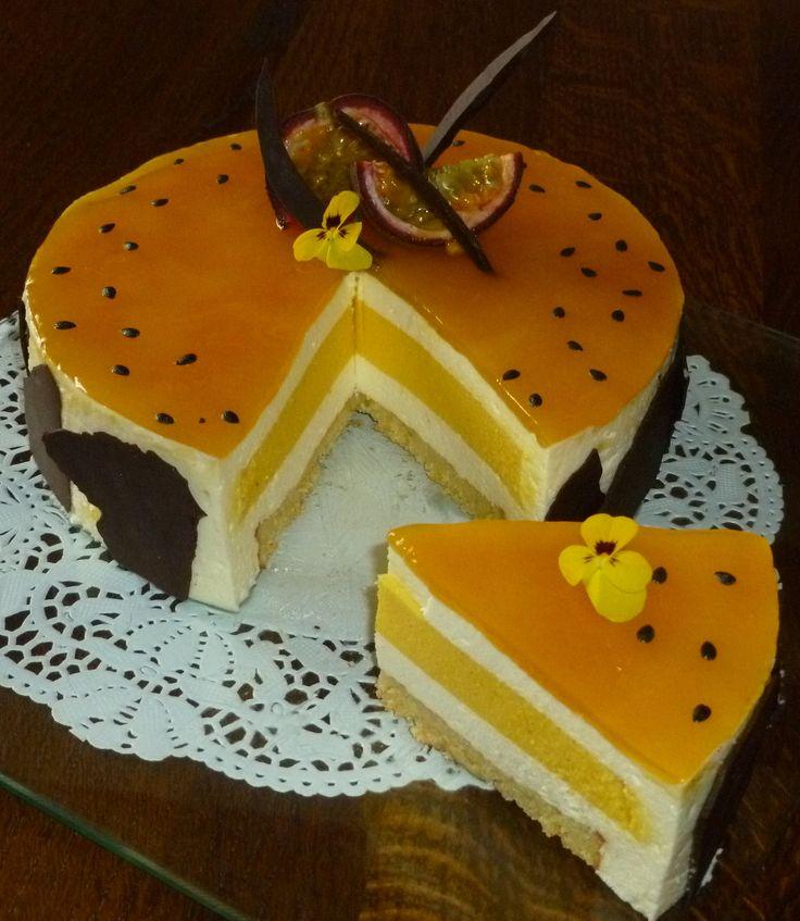 Découvrez la recette passion citron (mousse légère amande-citron, coeur acidulé passion et biscuit parfumé citron-passion) sur cuisineactuelle.fr.