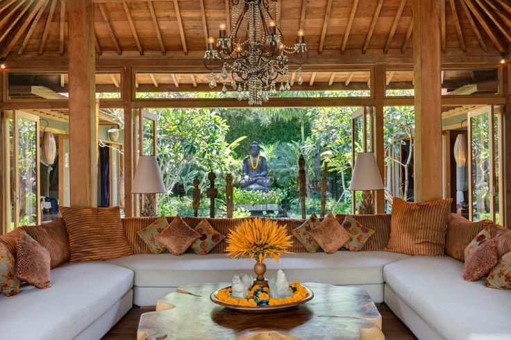 Villa Shambala is een fantastische vijf-slaapkamer vakantievilla gelegen in het hart van Seminyak Bali Indonesië met privé zwembad en veel privacy.