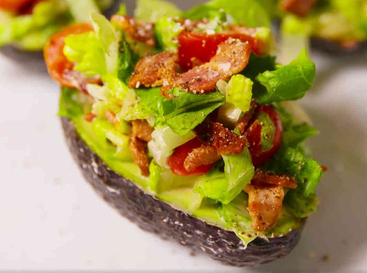 En BLT-fylld avokado är perfekt som lättare lunch eller som en förrätt. En snabblagad, enkel och riktigt fräsch och god sallad som serveras i en avokado.