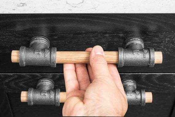 Rustic Industrial Wood & Black Iron Pipe Drawer Pull von BlinkLab