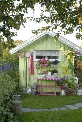 a kert dísze lehet bármilyen fészer, ha szépen lefestjük, és dekoráljuk növényekkel, meg színben egymáshoz passzoló kiegészítőkkel :)
