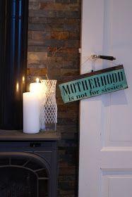 Kloke ord... ...på døra i stua vår... ...på et skilt i herlig grønnfarge... ..selvfølgelig ifra Kremmerhuset. Kveld i heimen, og godt ...