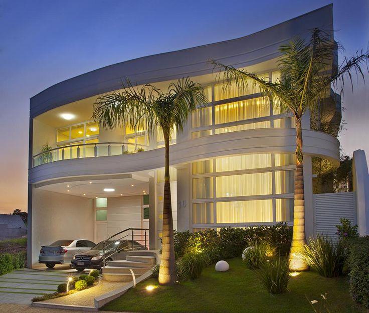 Fachadas de casas com escadas na frente veja entradas for Fachadas de casas modernas iluminadas
