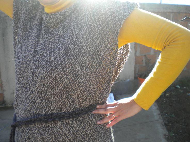 Vestido tejido en telar con lana natural, aplicación de amarra en la cintura.