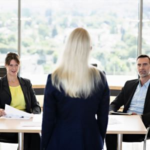Business people interviewing woman, © Buero Monaco, Getty Images