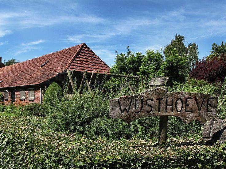 Huur een boerderij in Uden, Noord-Brabant met 6 slaapkamers, vanaf €955 per week. interieur verouderd wel op een werkende boerderij
