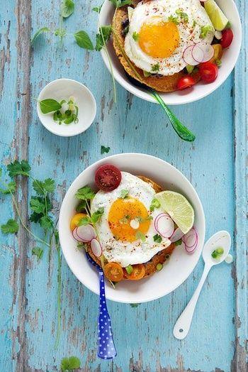 Un petit-déjeuner composé d'un œuf, d'une tortilla croquant et d'un avocat pinterest petit dejeuner été