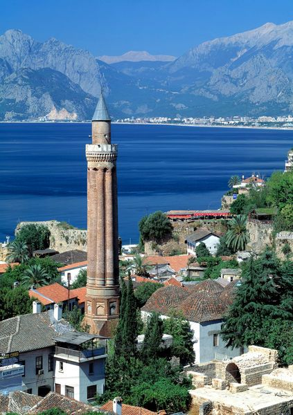 Landmark of Antalya: Yivli Minaret, het witte huis links voor heb ik heerlijk gegeten met, familie van Ibrahim, Anneke en Femmie 1994