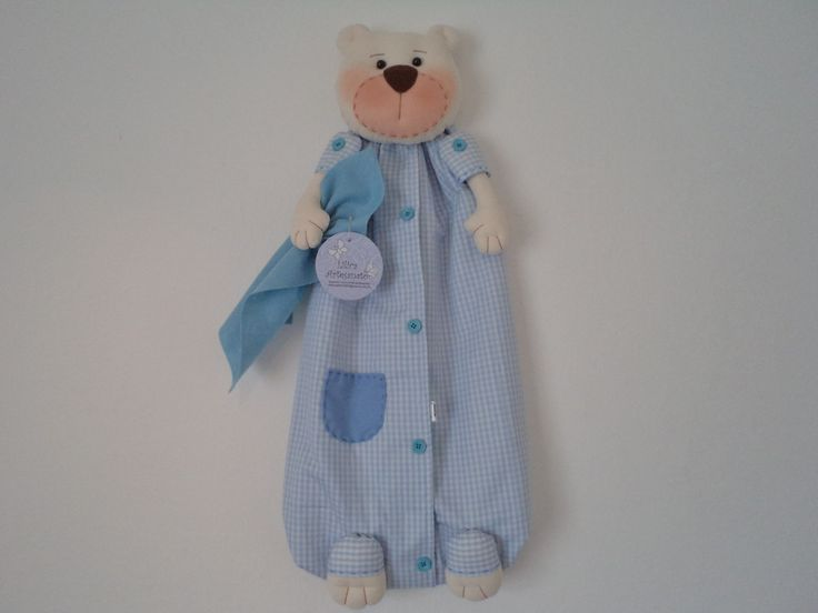 Urso porta fraldas, também pode ser usado como porta pijamas ou porta trecos, etc.... <br> <br>Produto confeccionado em tecido 100% algodão, enchimento anti alérgico, forrado com feltro. <br> <br>Medidas: 64cm de altura e 30cm de largura. <br> <br>Também confecciono na opção menina, com a cor e estampa de sua preferência.
