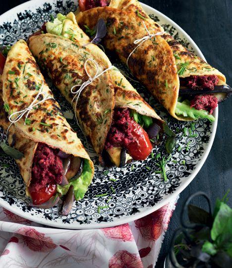 Hjemmebagte krydderurtewraps med rødbedehummus og grillet grønt