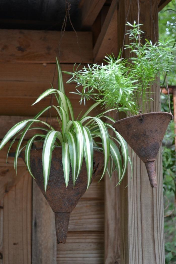 pots de fleurs suspendus en objets récup: entonnoirs rouillés