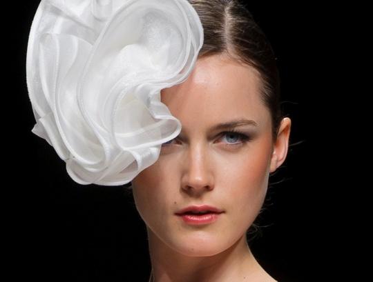 Свадебные прически и макияж: последние тенденции  http://www.domashniy.ru/article/svadba/atributika/svadebnye_pricheski_i_makiyazh_poslednie_tendencii.html