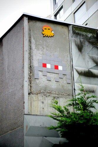 Gzup, space invader - street art - paris 20, rue de belleville (juin 2013)