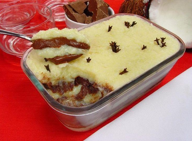 Uma sobremesa que é perfeita para qualquer ocasião! Experimente esse beijinho de travessa com creme de chocolate incrivelmente delicioso!