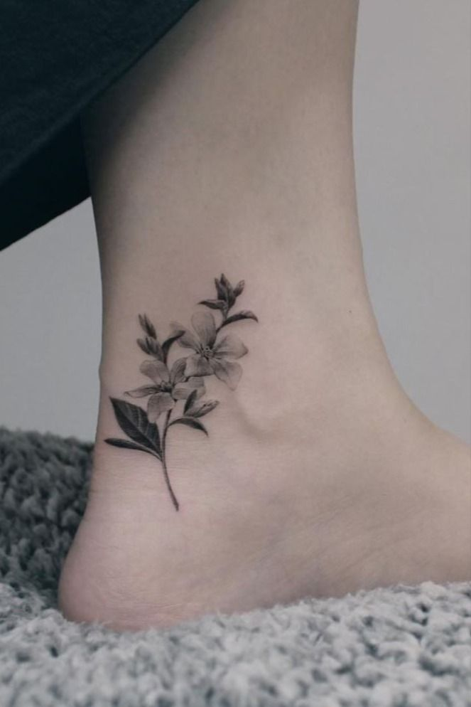 Mini tatuagens femininas - 80 ideias inspiradoras! em 2020 | Tatuagem cinza, Flor preta tatuagens, Tatuagem em preto e cinza